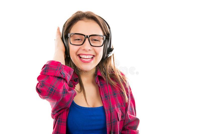 Vrolijke jonge vrouw in hoofdtelefoons stock foto's