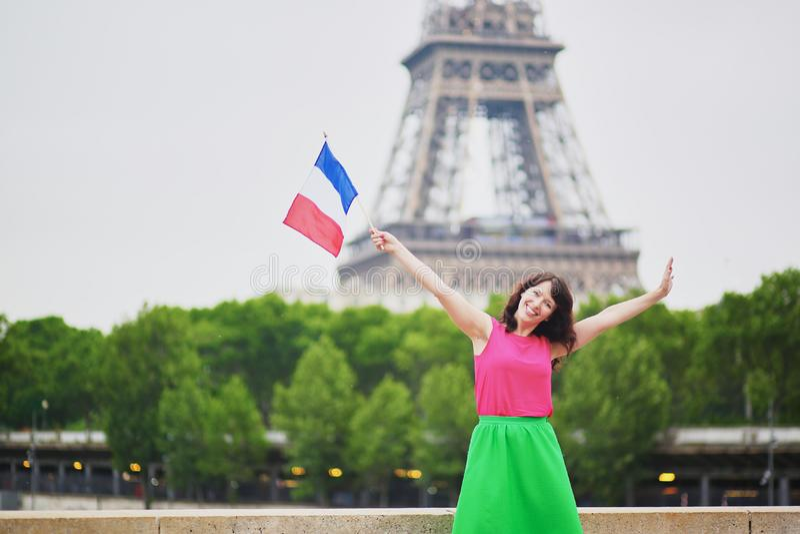 Vrolijke jonge vrouw met Franse nationale vlag royalty-vrije stock foto