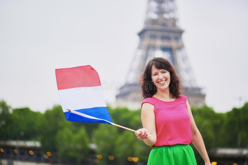 Vrolijke jonge vrouw met Franse nationale vlag royalty-vrije stock fotografie