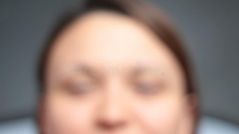 Vrolijke jonge vrouw met het groene ogen grijnzen