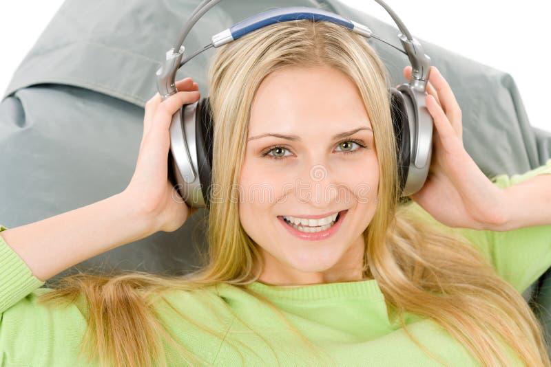 Vrolijke jonge vrouw met hoofdtelefoons royalty-vrije stock afbeeldingen