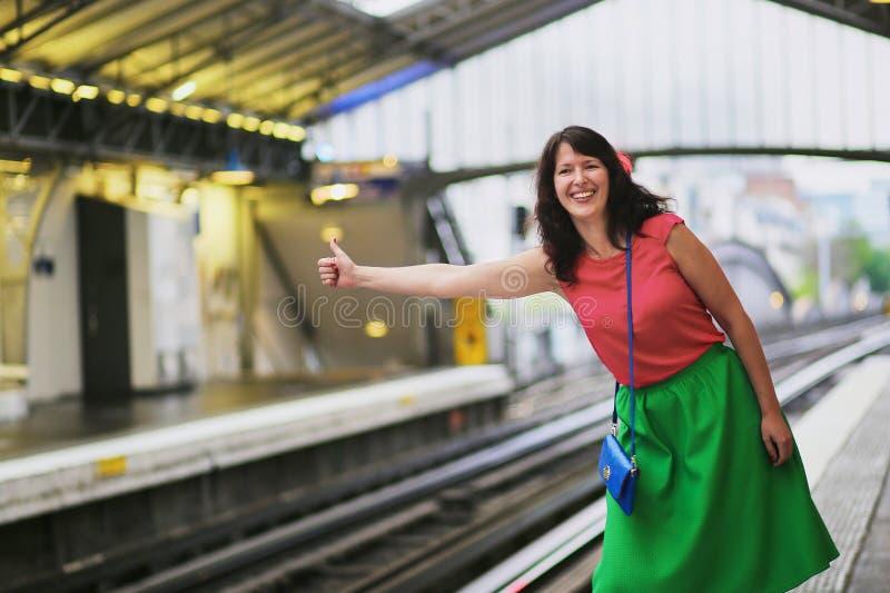 Vrolijke jonge vrouw in Parijse ondergronds stock fotografie
