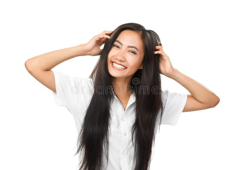 Vrolijke jongelui die Aziatische vrouw met heldere geïsoleerde glimlach glimlachen stock afbeeldingen
