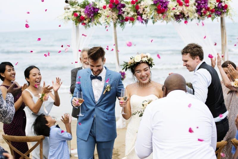 Vrolijke jonggehuwden bij de ceremonie van het strandhuwelijk royalty-vrije stock fotografie