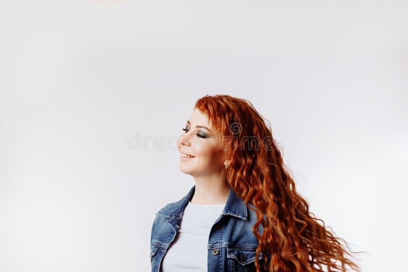 Vrolijke Kaukasische mooie vrouw die denimjasje dragen stock afbeeldingen