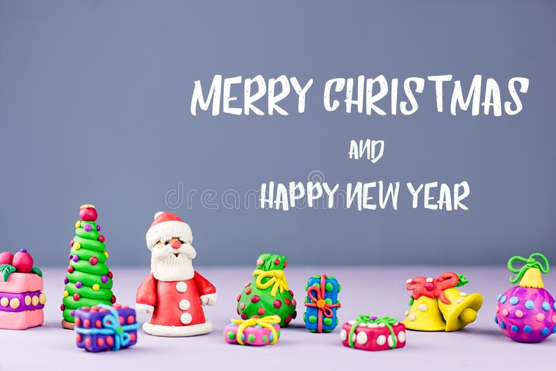 Vrolijke Kerstmis en de Gelukkige kaart van de Nieuwjaargroet met decoratie, Santa Claus, Kerstboom en stellen voor royalty-vrije stock afbeelding