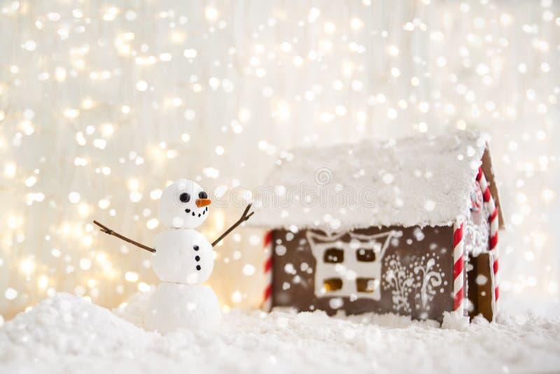 Vrolijke Kerstmis en de gelukkige nieuwe kaart van de jaargroet met exemplaar-ruimte Gelukkige sneeuwman die zich in het landscha royalty-vrije stock foto's