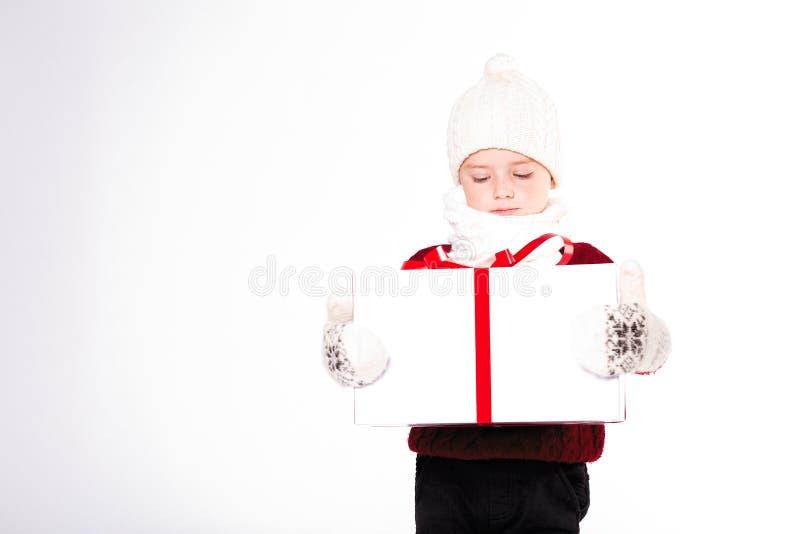 Vrolijke Kerstmis en gelukkig Nieuw jaar! Leuke gelukkig weinig jongen holdin royalty-vrije stock foto's