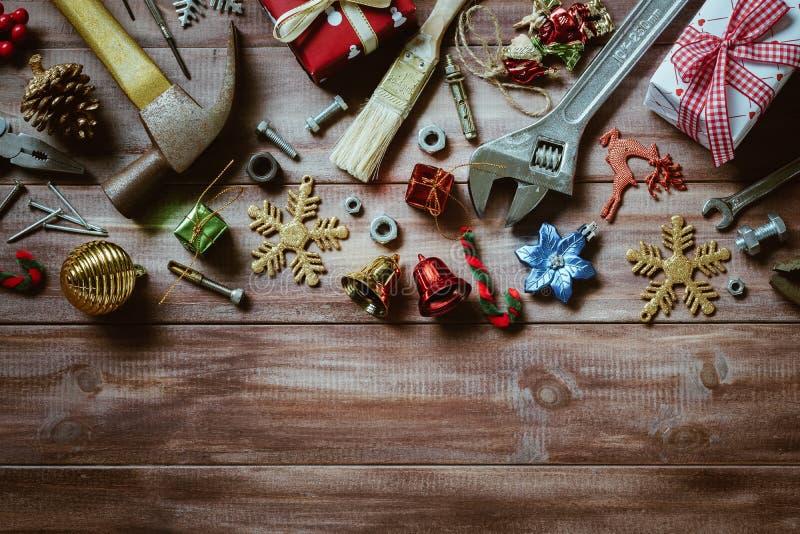 Vrolijke Kerstmis en Gelukkig Nieuw jaar met handige hulpmiddelenachtergrond royalty-vrije stock afbeelding