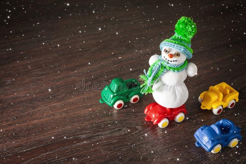 Vrolijke Kerstmis en gelukkig nieuw jaarsneeuwman en auto'smodel royalty-vrije stock foto's
