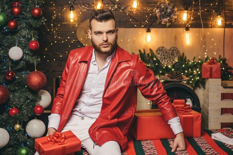 Vrolijke Kerstmis en Gelukkig Nieuwjaar De giften van Kerstmis Mensen modieuze modieuze knappe santa met de verrassing van de gif stock afbeeldingen