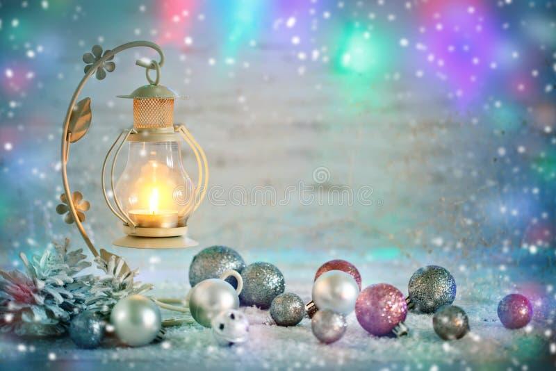 Vrolijke Kerstmis en Gelukkig Nieuwjaar Een Nieuwjaar` s achtergrond met Nieuwjaardecoratie Nieuwe jaar` s kaart royalty-vrije stock foto's