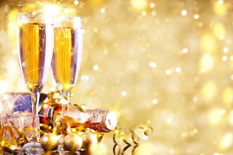Vrolijke Kerstmis en Gelukkig Nieuwjaar Een Nieuwjaar` s achtergrond met Nieuwjaardecoratie Nieuwe jaar` s kaart royalty-vrije stock afbeeldingen
