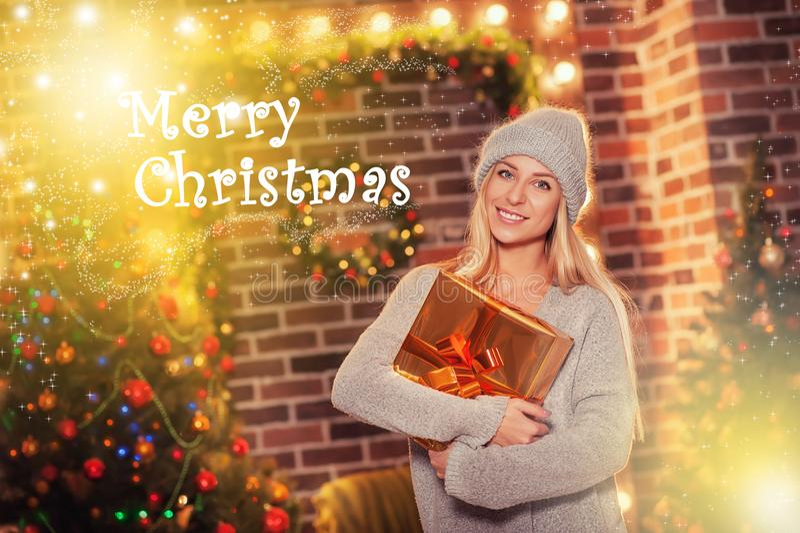 Vrolijke Kerstmis en Gelukkig Nieuwjaar! Portret van gelukkige vrolijke mooie vrouw in gebreide hoedensweater stock fotografie