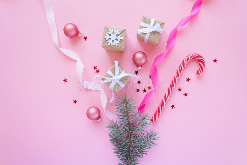 Vrolijke Kerstmis en Gelukkig Nieuwjaar Roze achtergrond royalty-vrije stock foto's