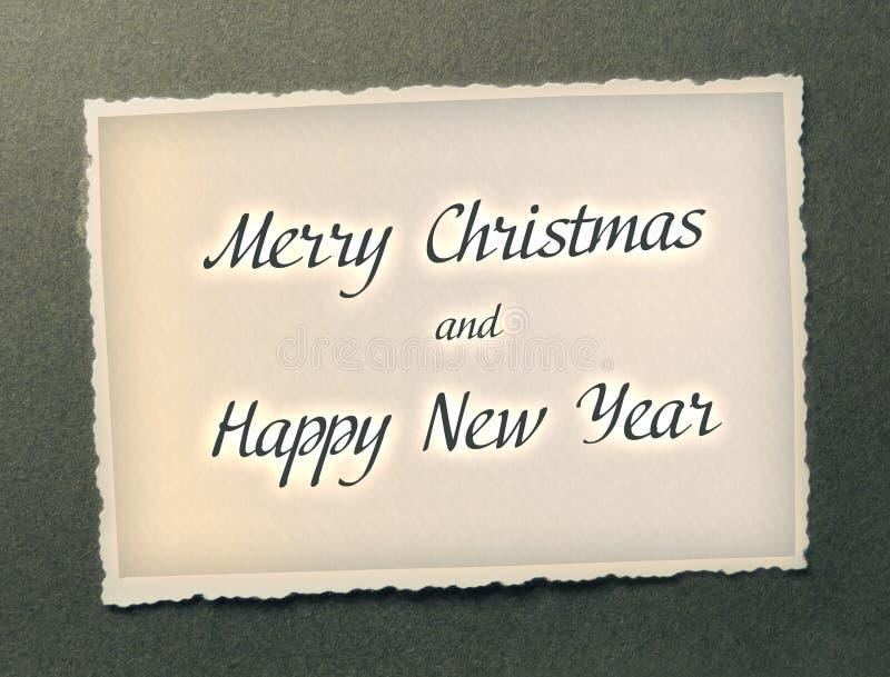 Vrolijke Kerstmis en Gelukkige Nieuwjaartekst in donkere kleur op document fotoachtergrond stock illustratie