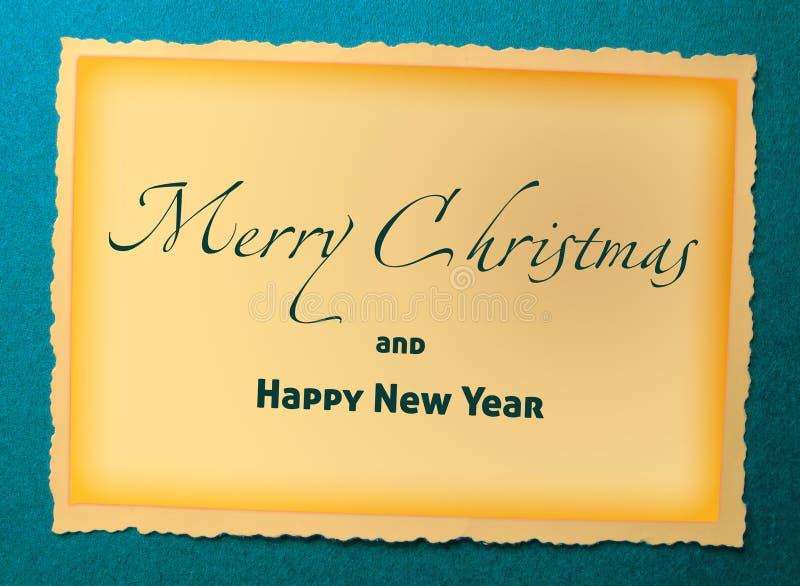 Vrolijke Kerstmis en Gelukkige Nieuwjaartekst in gele kleur op blauwe document fotoachtergrond royalty-vrije illustratie