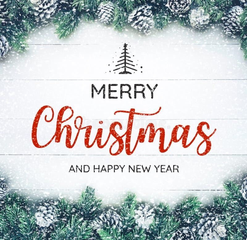 VROLIJKE KERSTMIS EN GELUKKIGE NIEUWJAARtypografie, tekst met Kerstmisornament royalty-vrije stock foto