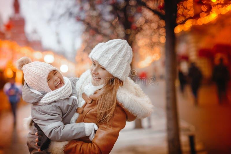 Vrolijke Kerstmis en Gelukkige Vakantie! Het mamma en de dochter verfraaien binnen de Kerstboom De ochtend vóór Kerstmis Portret  stock afbeelding