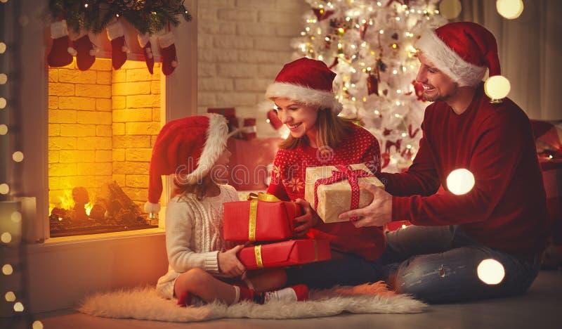 Vrolijke Kerstmis! het de gelukkige vader en kind van de familiemoeder met magisch stock afbeeldingen