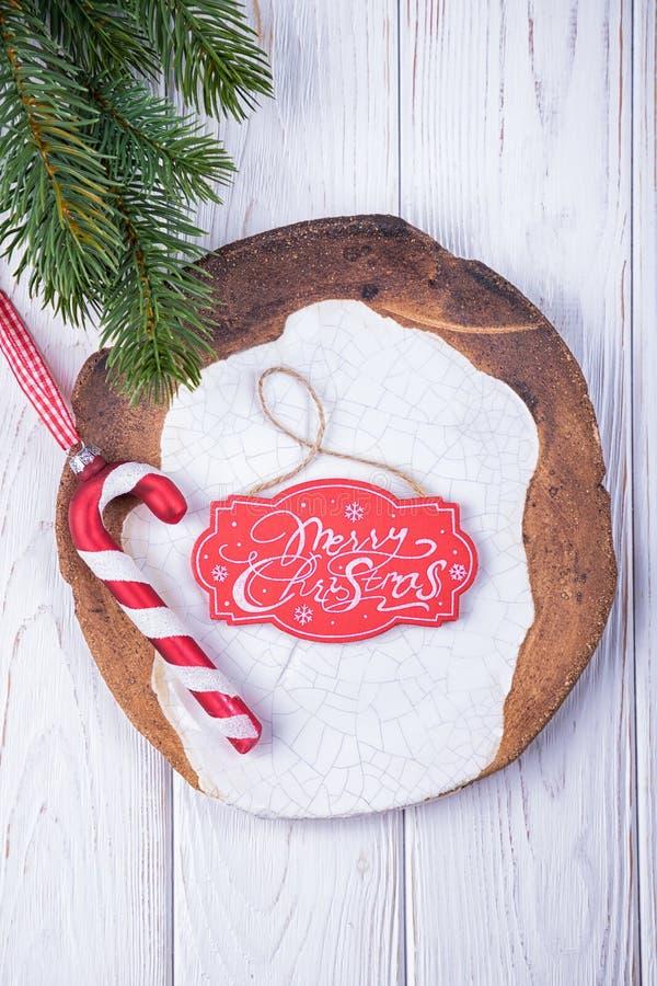 Vrolijke Kerstmis Het riet van het het glassuikergoed van Kerstmisdecoratie, de ceramische plaat en de Kerstmisboom vertakken zic royalty-vrije stock foto