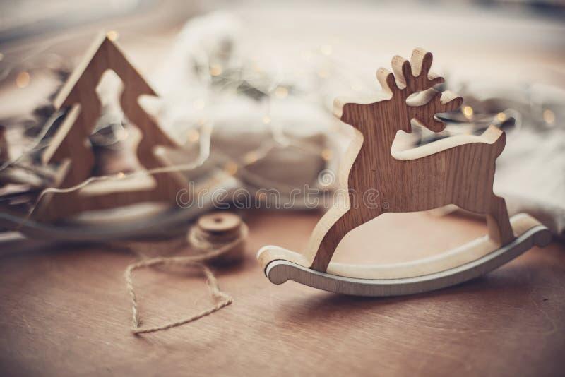 Vrolijke Kerstmis Het rustieke stuk speelgoed van rendierkerstmis op houten lijst o stock fotografie