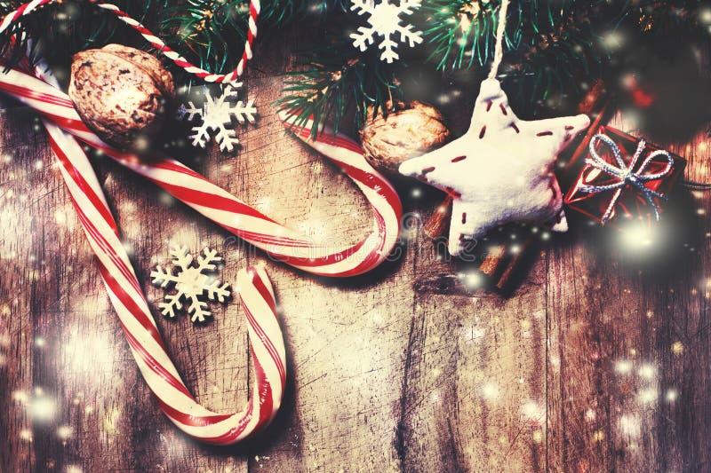 Vrolijke Kerstmis houten achtergrond met sneeuwspar met exemplaar s royalty-vrije stock fotografie