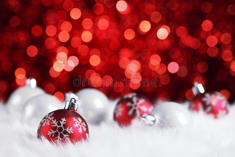 Vrolijke Kerstmis 2017 in houten textuur in perspectiefruimte met fonkelende rode bokehmuur en houten plankvloer royalty-vrije stock afbeeldingen