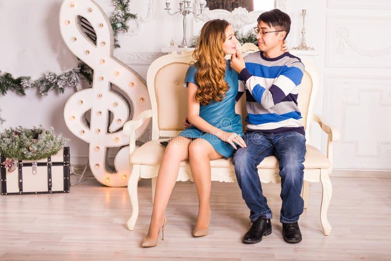 Vrolijke Kerstmis Jonge paar het vieren Kerstmis thuis stock foto's