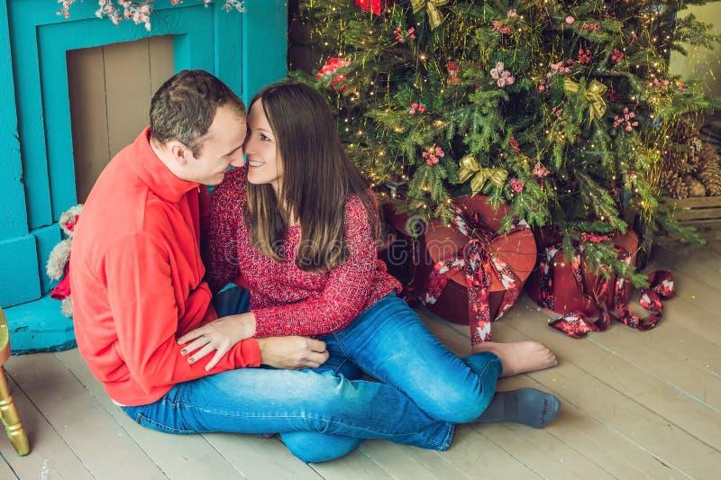 Vrolijke Kerstmis Jonge paar het vieren Kerstmis thuis stock afbeeldingen