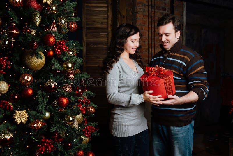 Vrolijke Kerstmis Jonge paar het vieren Kerstmis thuis stock fotografie