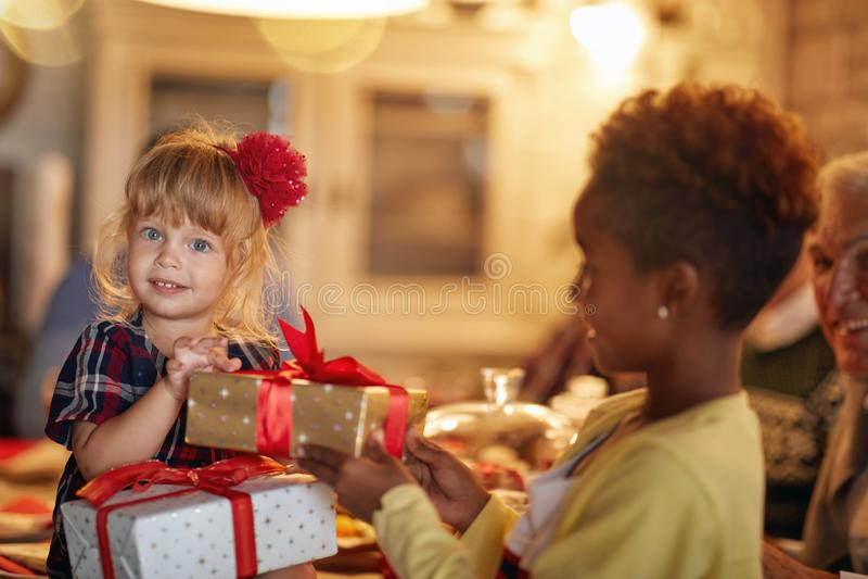 Vrolijke Kerstmis! vrolijke meisjes en Kerstmisgift royalty-vrije stock afbeeldingen