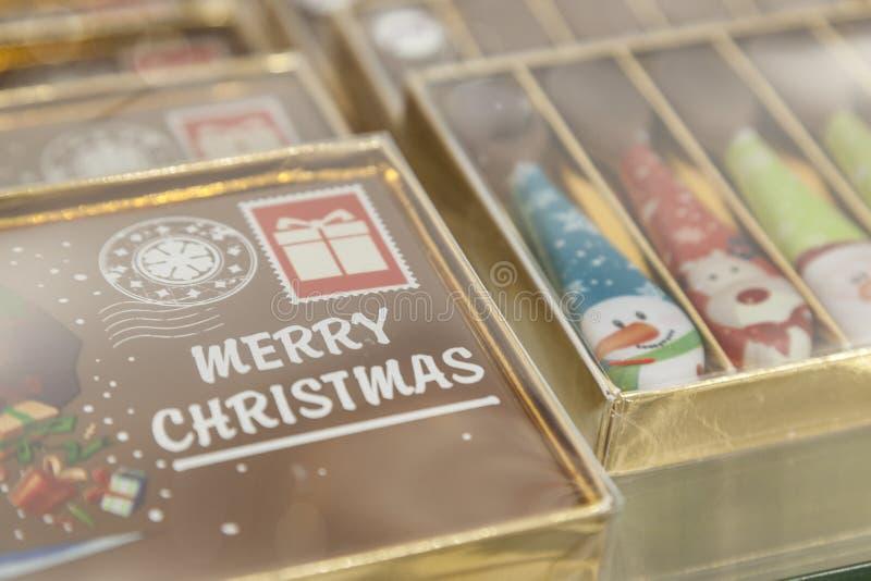 Vrolijke Kerstmis op een chocoladeprentbriefkaar stock afbeelding