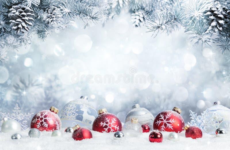 Vrolijke Kerstmis - Snuisterijen op Sneeuw stock foto's