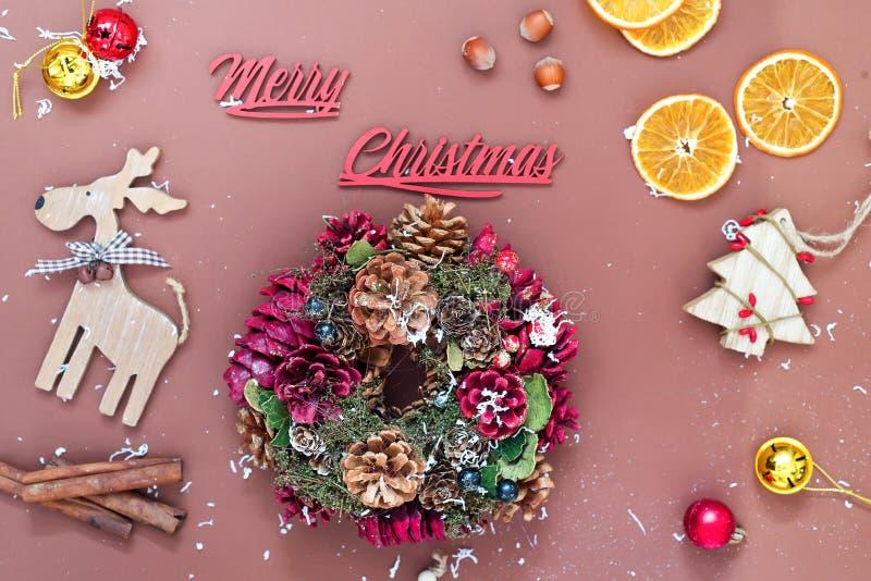 Vrolijke Kerstmisachtergrond met Kerstmiskronen, ballen en speelgoed, wintertijd De kaart van de Kerstmisgroet, exemplaarruimte royalty-vrije stock foto