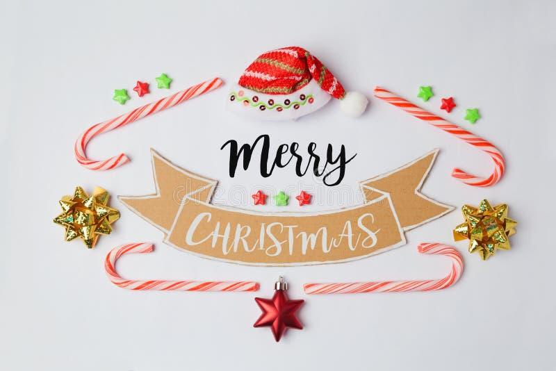 Vrolijke Kerstmisbanner met suikergoedriet en Kerstmanhoed Mening van hierboven stock afbeeldingen