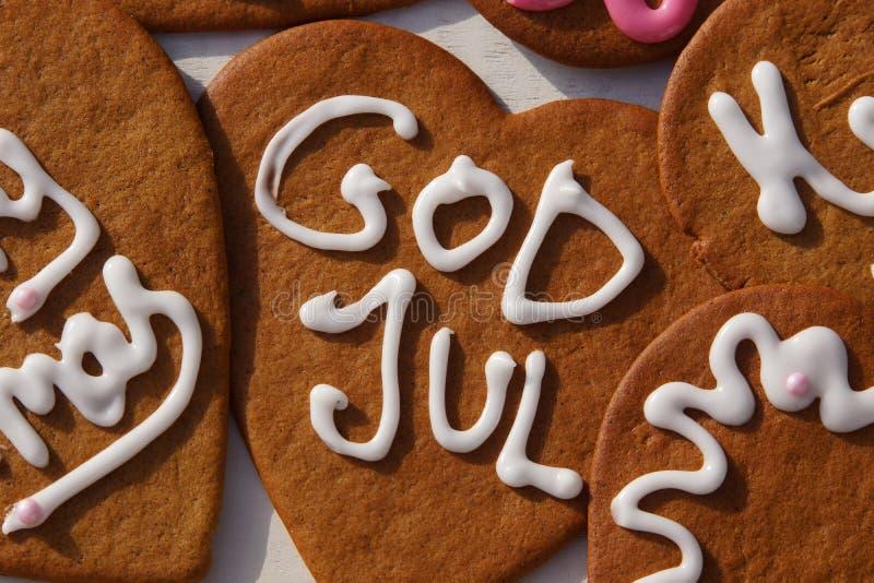 Vrolijke Kerstmisgroeten in Zweeds op peperkoek-koekjes stock afbeeldingen