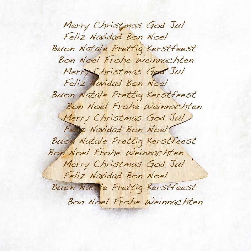 Vrolijke Kerstmistekst op houten drie royalty-vrije stock fotografie