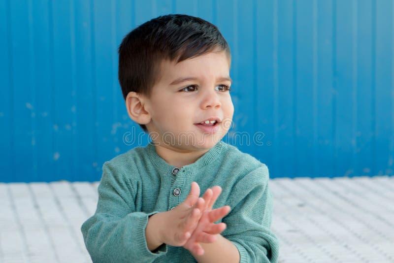 Vrolijke kind het spelen palmen op de straat royalty-vrije stock afbeelding