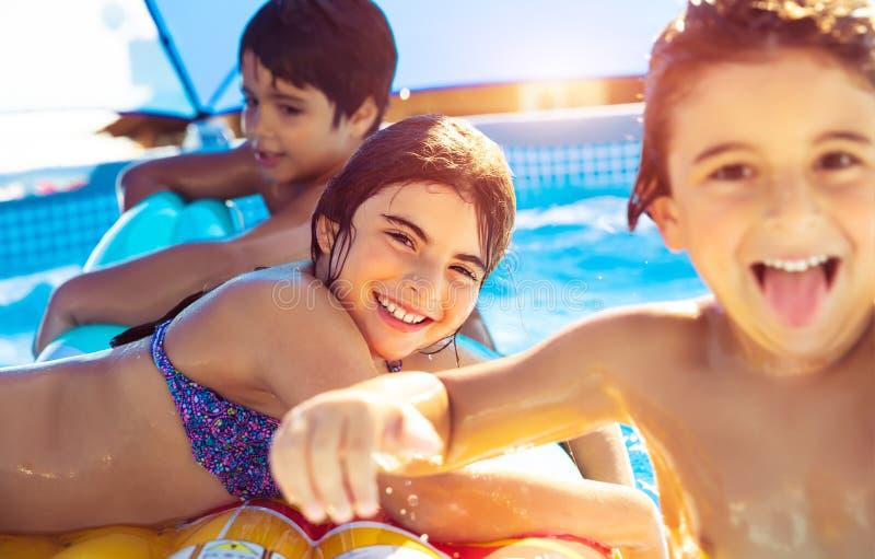 Vrolijke kinderen in de pool royalty-vrije stock fotografie