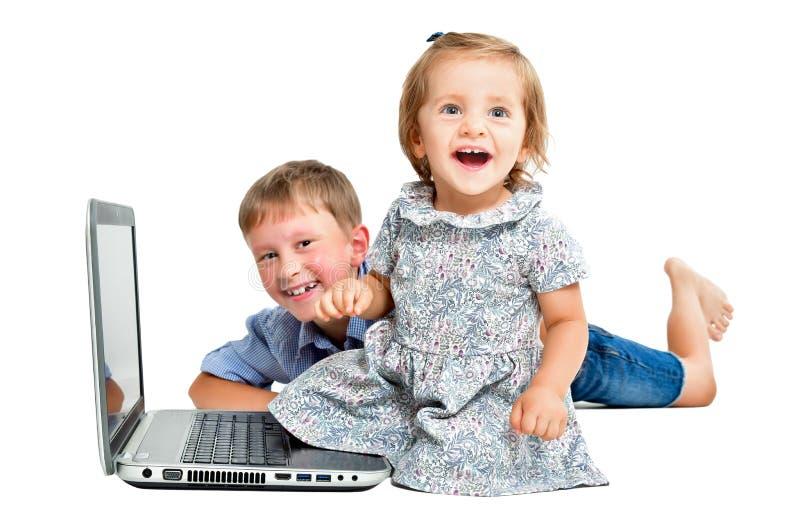 Vrolijke kinderen, die voor laptop zitten royalty-vrije stock afbeeldingen