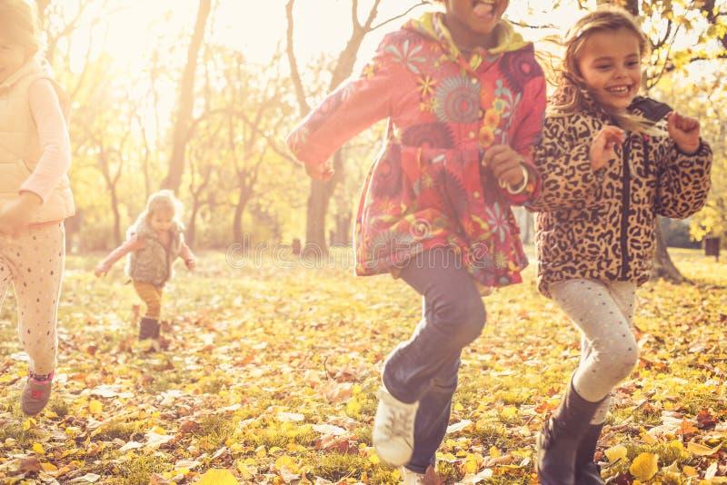 Vrolijke kinderen in park Gelukkige Dag stock foto's