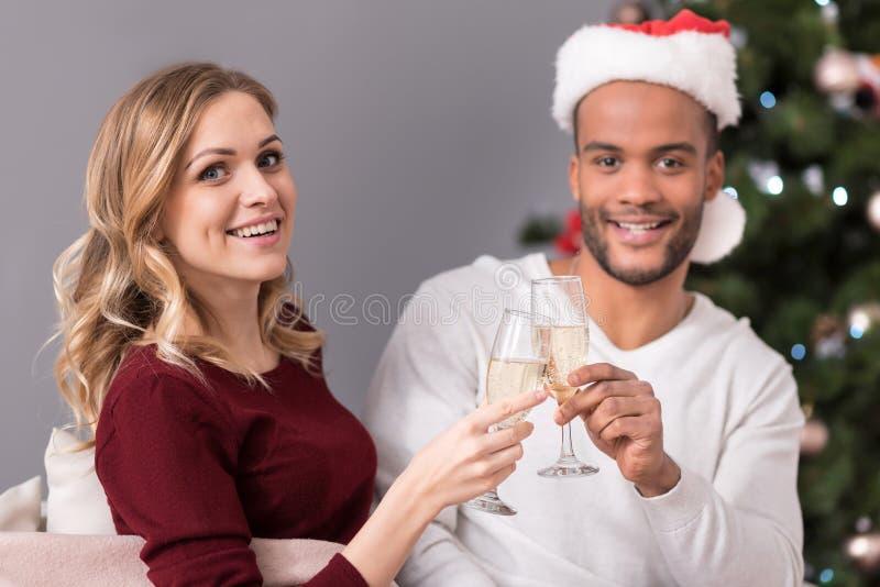 Vrolijke knappe paar het drinken champagne stock afbeelding