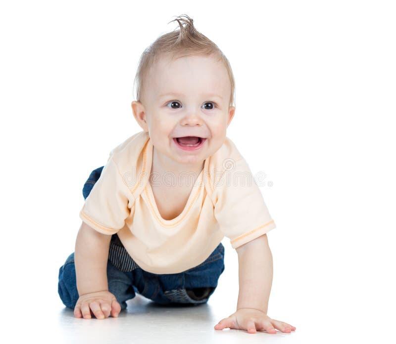 Vrolijke kruipende babyjongen op witte achtergrond stock afbeeldingen