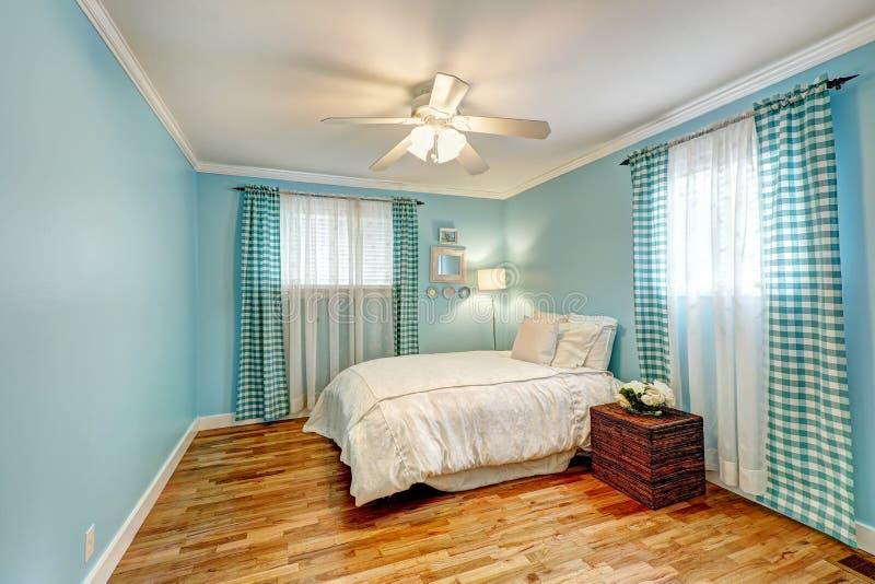 Vrolijke Lichtblauwe Slaapkamer Stock Foto - Afbeelding bestaande ...