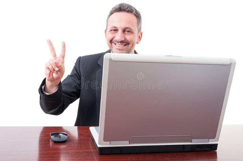 Vrolijke manager die een overwinningsteken doen stock foto