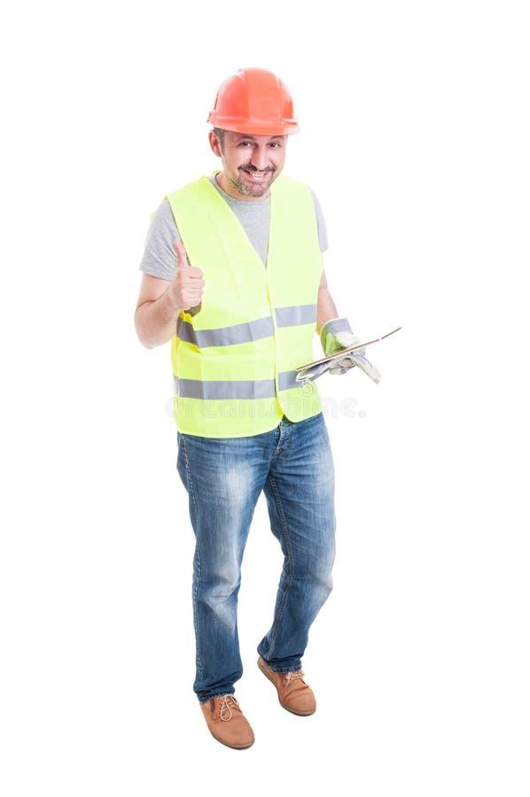 Vrolijke mannelijke bouwer met tablet omhoog duim stock foto