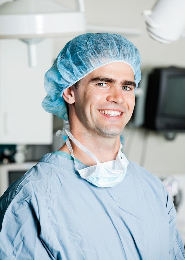 Vrolijke Mannelijke Chirurg In Operating Room stock fotografie