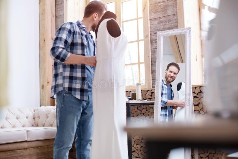 Vrolijke mannelijke meer couturier het schatten kleding royalty-vrije stock foto's