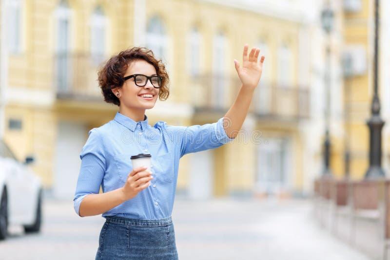 Vrolijke meisje het drinken koffie royalty-vrije stock foto